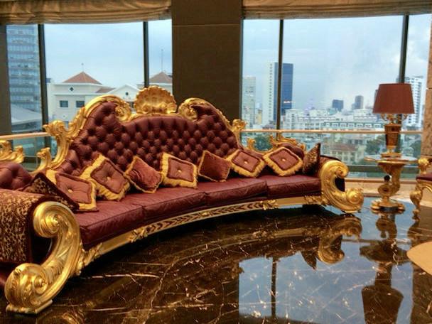 レヴェリーサイゴンのパープルレザーのソファ